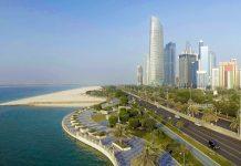 Einen Spaziergang entlang der herrlichen Strandpromenade sollte man sich auf keiner Abu Dhabi Reise entgehen lassen, VAE - © GagliardiImages / Shutterstock