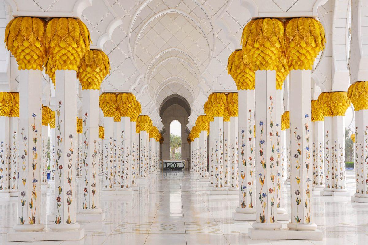 Für den Bau der Scheich-Zayid-Moschee wurden nur feinste Materialien verwendet, unter anderem 15 verschiedene Arten von kostbarem Marmor und Unmengen an Blattgold, Abu Dhabi, VAE - © Laszlo Halas / Shutterstock