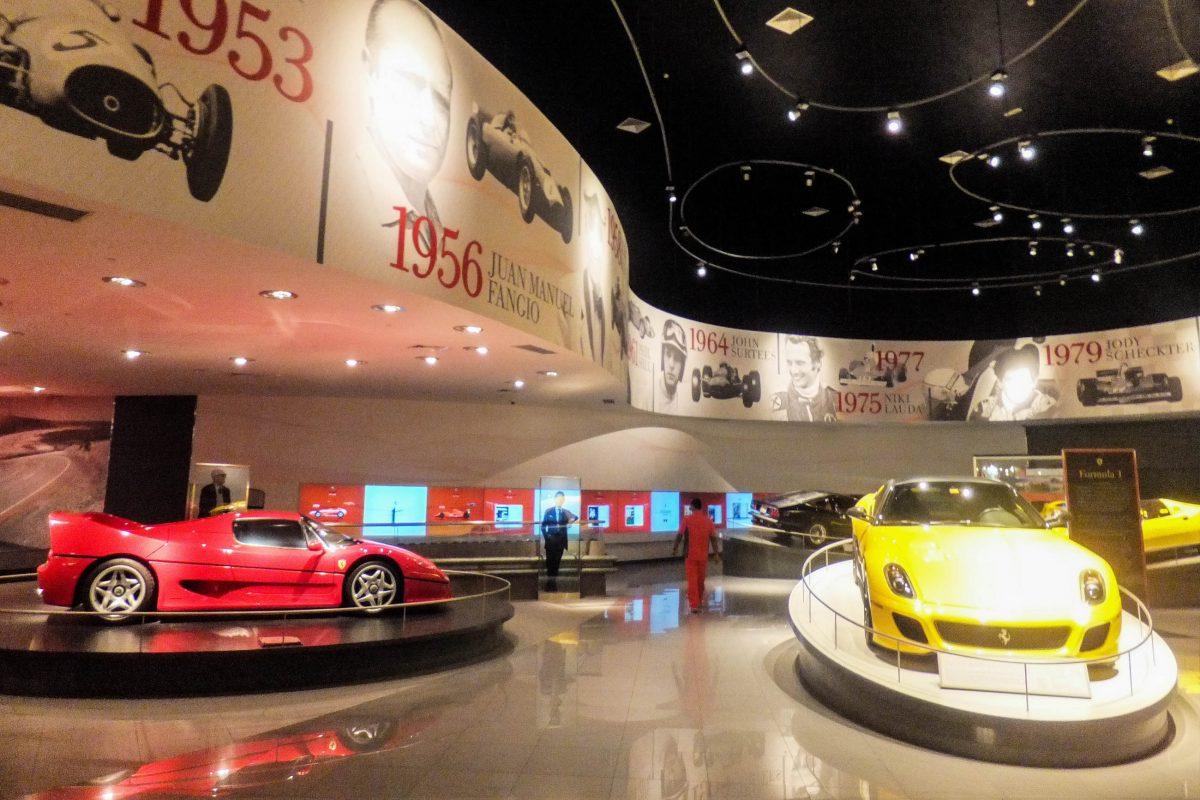 In architektonisch eindrucksvollen Hallen informiert die Ferrari World in Abu Dhabi über den Kult der italienischen Flitzer, VAE - © Ritu Manoj Jethani / Shutterstock