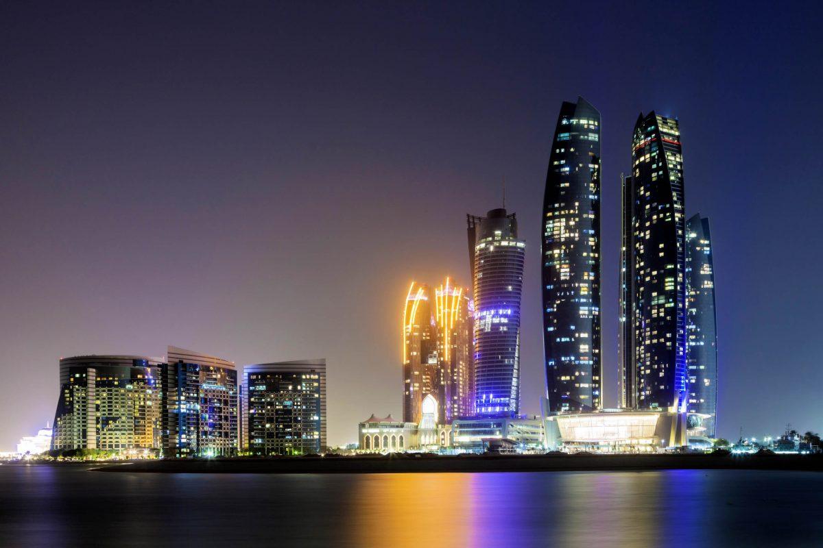 In den Etihad Towers in Abu Dhabi stehen in vier Türmen sowohl Wohnungen, als auch Hotelzimmer zur Verfügung, VAE - © Philip Lange / Shutterstock