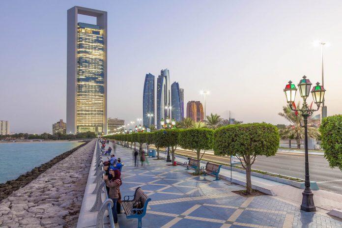 In den kühleren Stunden des Tages ist die Corniche die beliebteste Flaniermeile von Abu Dhabi, VAE - © Philip Lange / Shutterstock