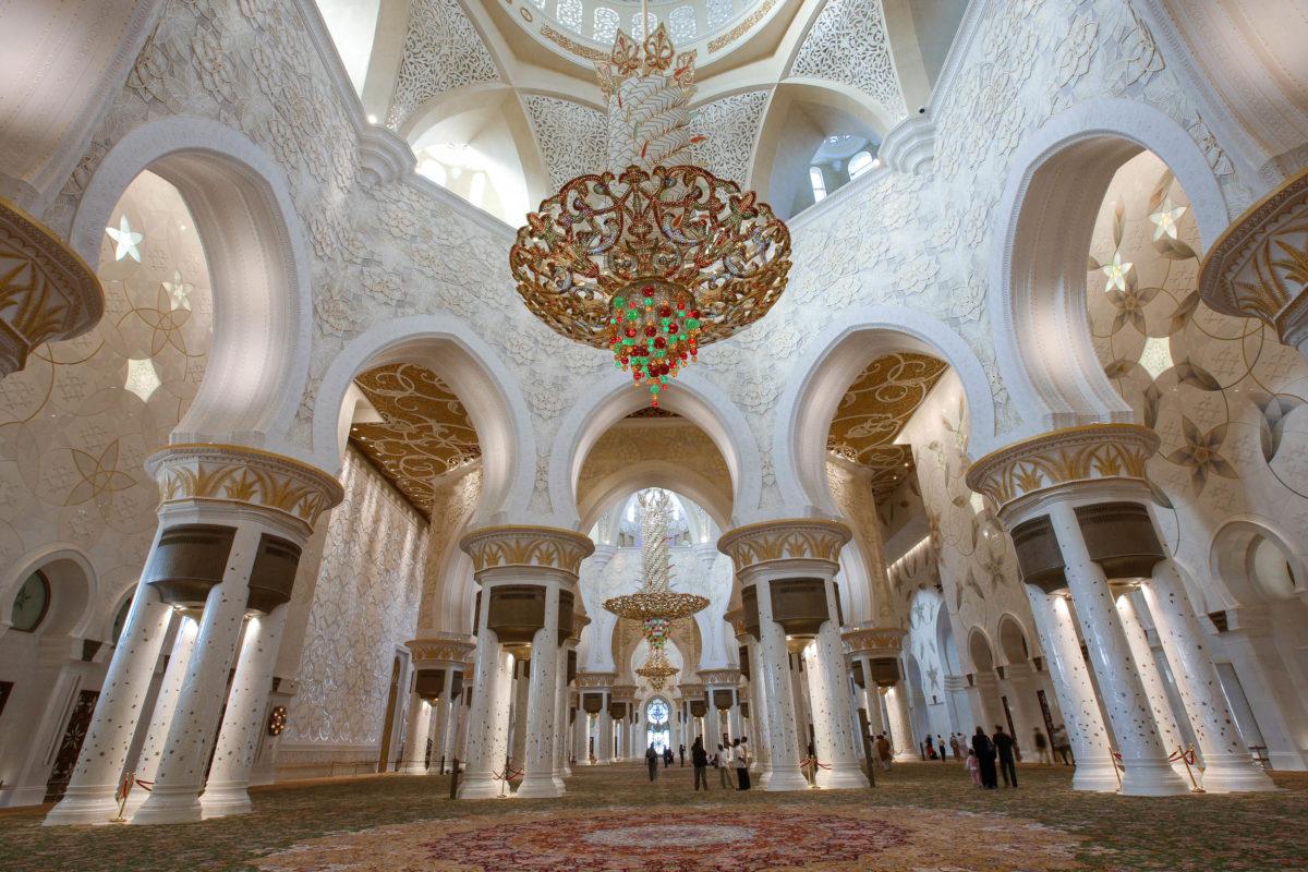 Innenansicht der prunkvollen Scheich-Zayid-Moschee in Abu Dhabi, VAE - © azhuvalappil/Shutterstock