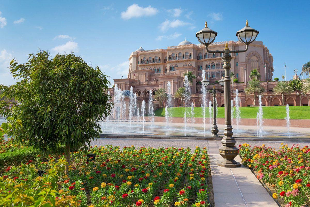 Um das gigantische Emirates Palace Hotel in Abu Dhabi, VAE, breitet sich auf 100 Hektar eine herrliche Parkanlage aus - © Laborant / Shutterstock
