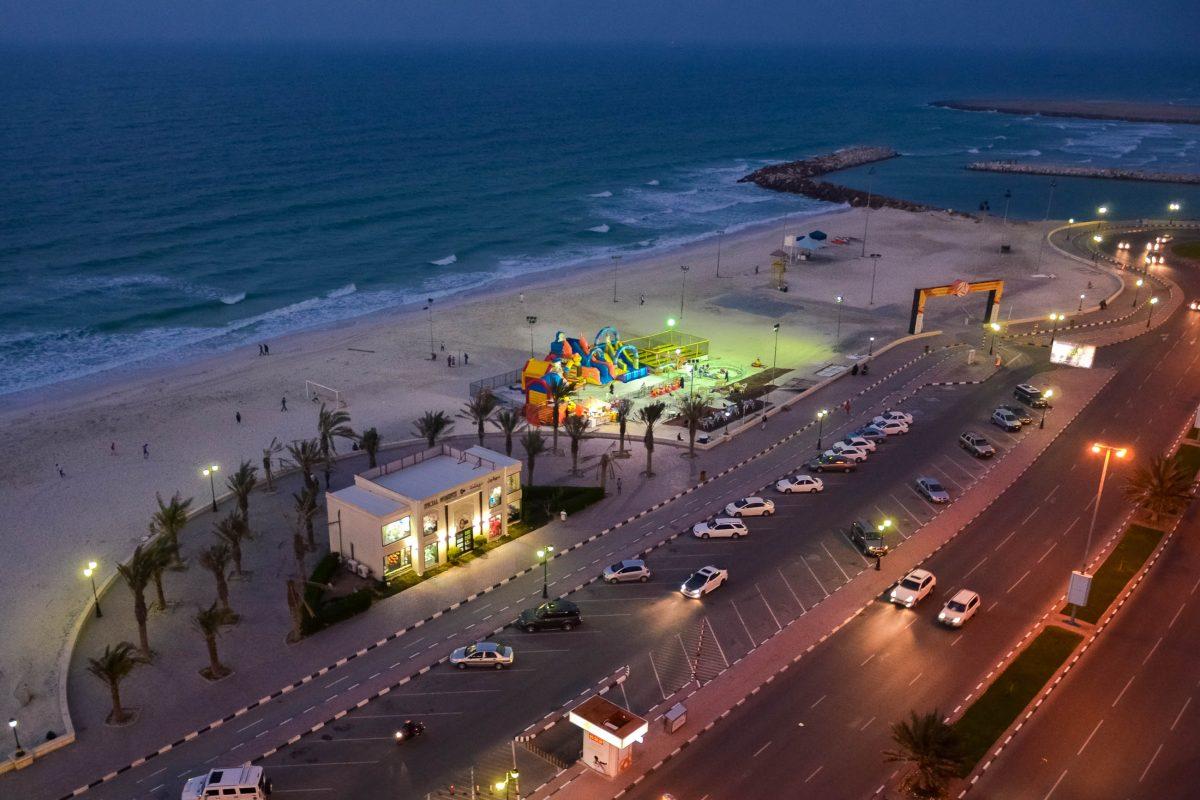 Blick auf die abendliche gut beleuchtete Corniche in Ajman, VAE - © FRASHO / franks-travelbox