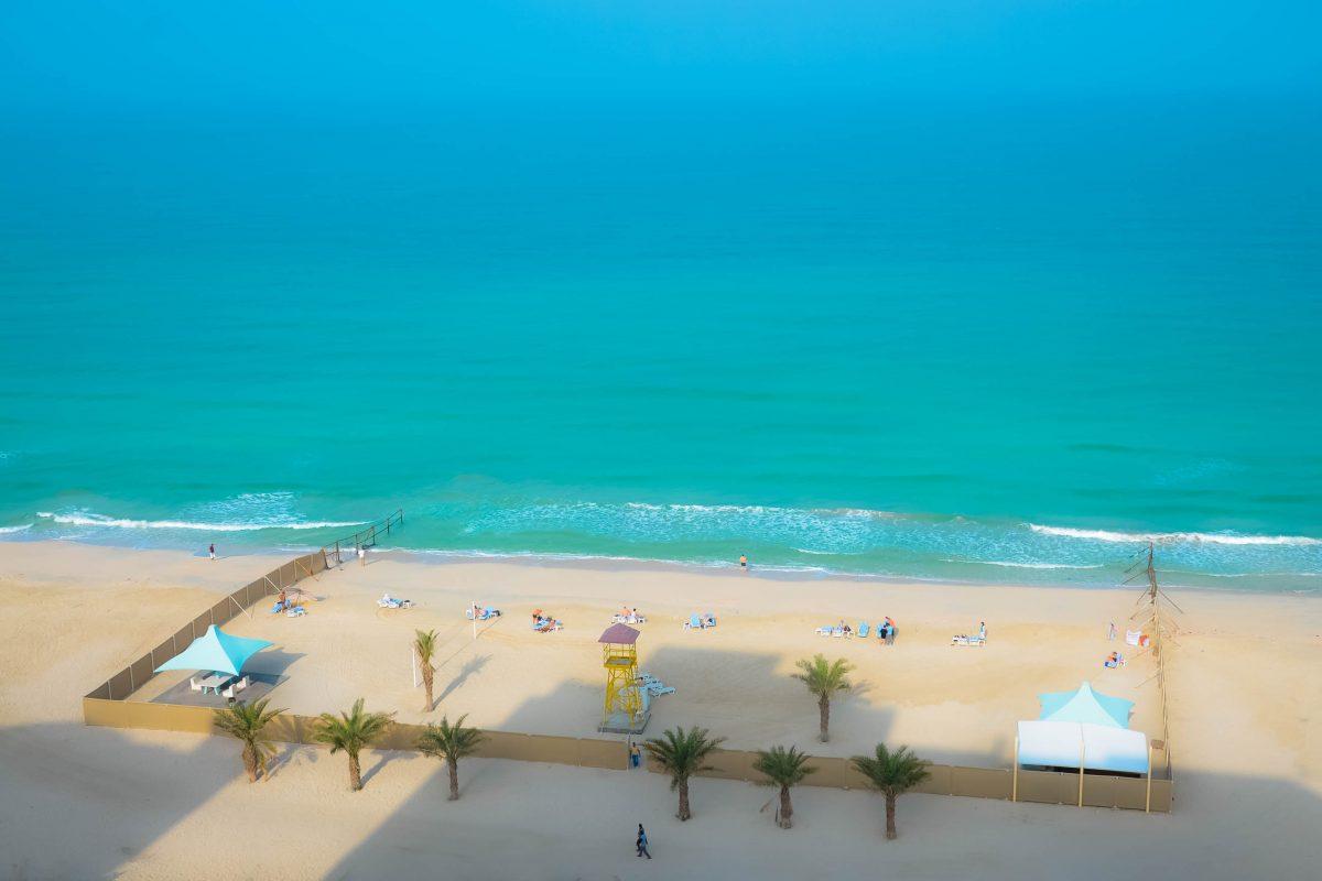 Sanitäre Einrichtungen und Liegestühle gibt es am Strand in Ajman nur bei den Hotels und Strandclubs, VAE - © FRASHO / franks-travelbox
