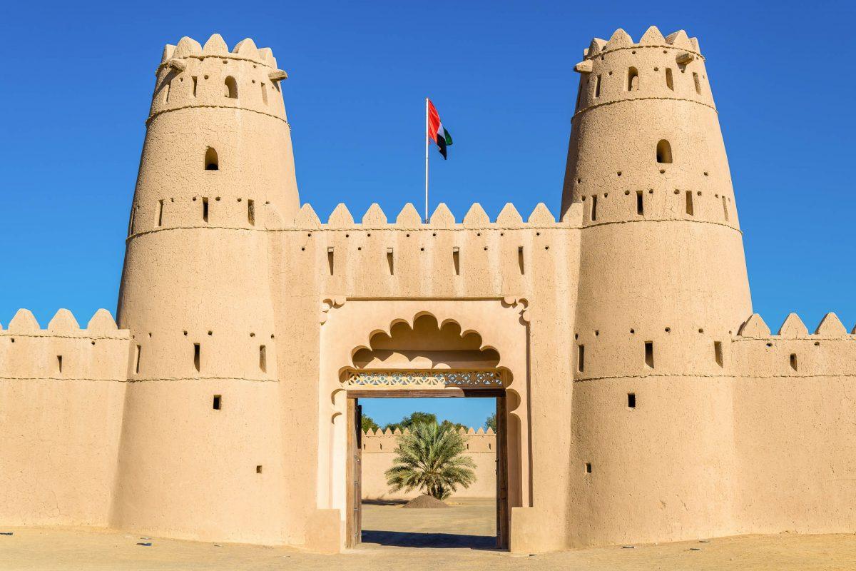 Das Al Jahili Fort in Al Ain, Abu Dhabi, wird durch ein gewaltiges Eingangstor betreten, welches die 6m hohe Festungsmauer durchbricht, VAE - © Leonid Andronov / Shutterstock