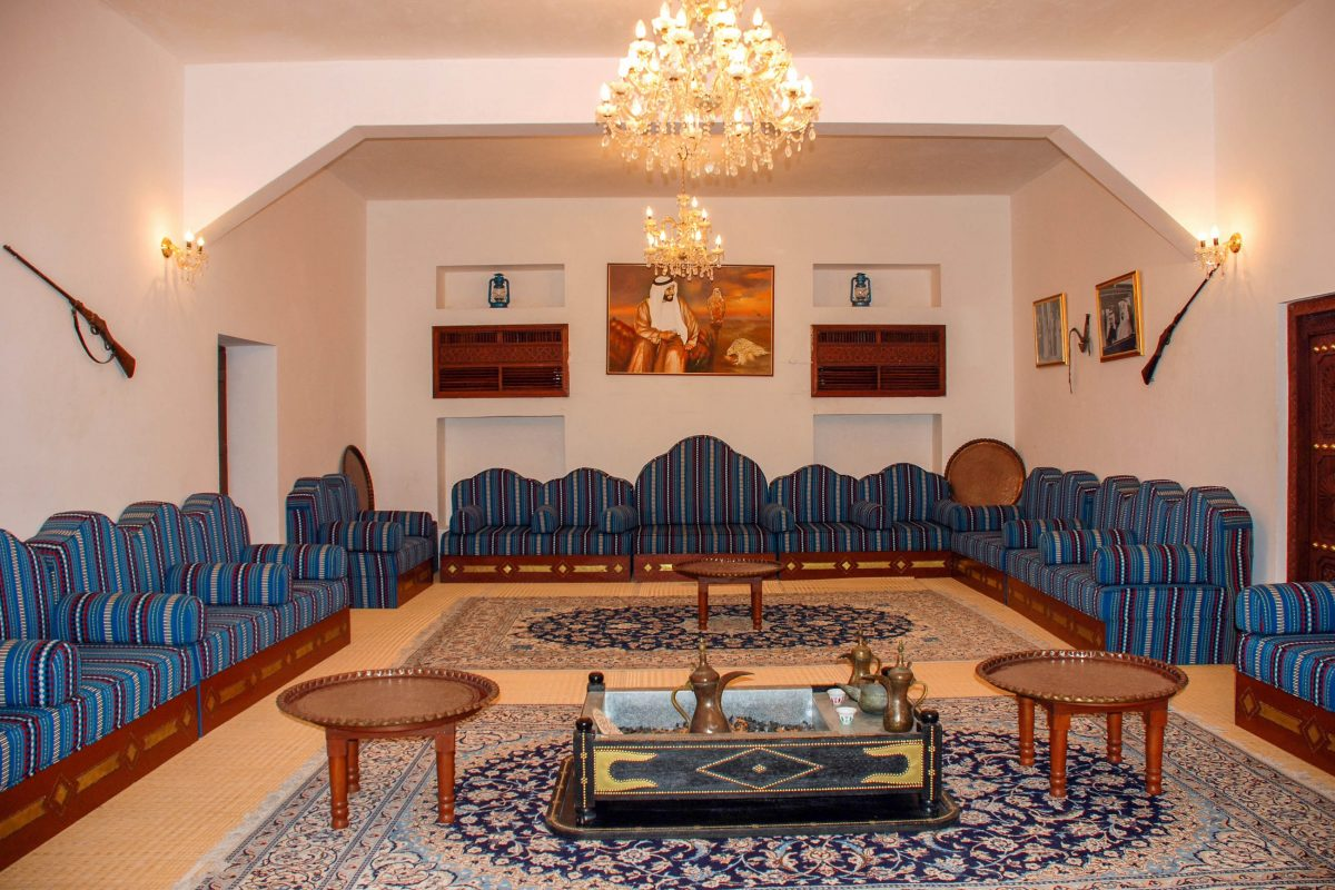Die Räumlichkeiten des Al Ain Palastmuseums in Abu Dhabi, VAE, sind alle im nahöstlichen Stil des frühen 20. Jahrhunderts möbliert - © Daniel Leppens / Shutterstock