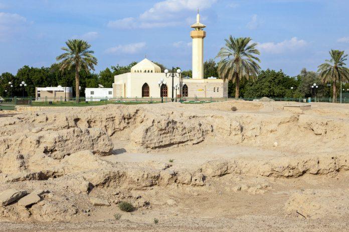 Im Hili Archäologie-Park bei Al Ain in Abu Dhabi führen schattige Spazierwege durch zahlreiche Ruinen aus der Bronze- und Eisenzeit, VAE - © Philip Lange / Shutterstock