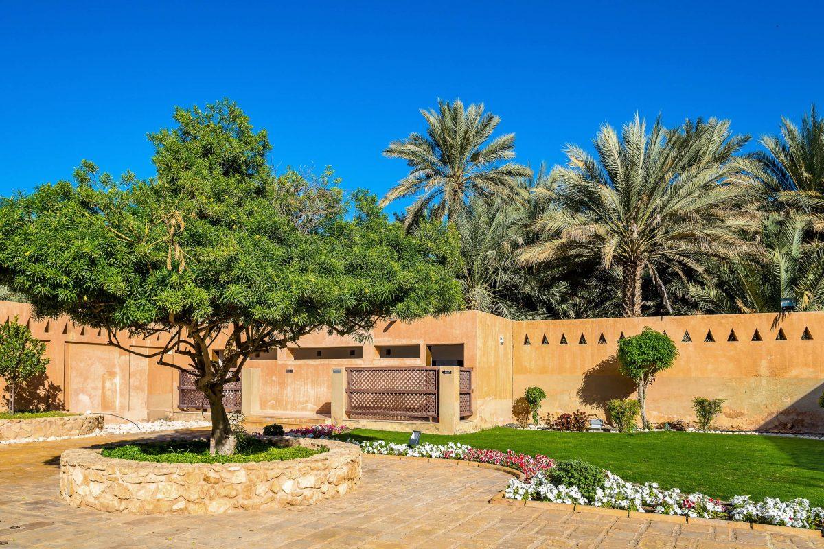 Auch die Gärten in den Innenhöfen zählen zu den Highlights des Palastmuseums von Al Ain in Abu Dhabi, VAE - © Leonid Andronov / Shutterstock