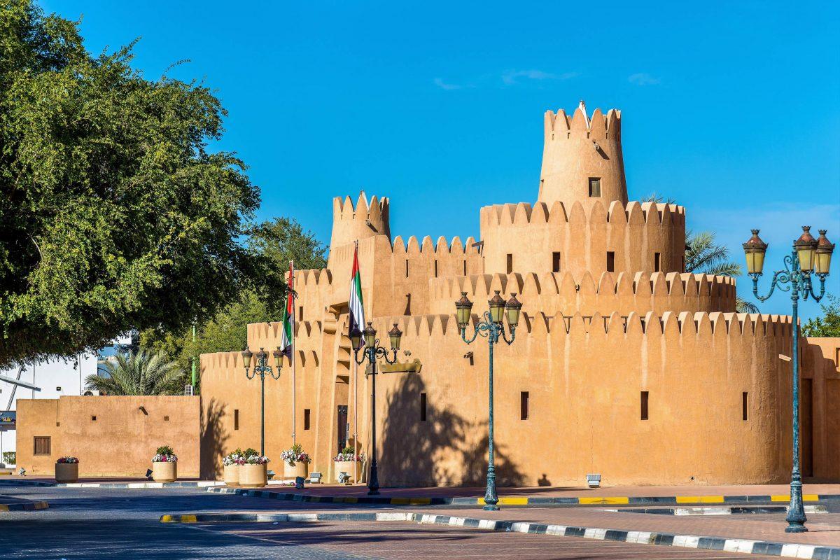Auch nach der Renovierung vermittelt das Palastmuseum in Al Ain einen hervorragenden Eindruck der traditionell arabischen Architektur in Abu Dhabi, VAE - © Leonid Andronov / Shutterstock