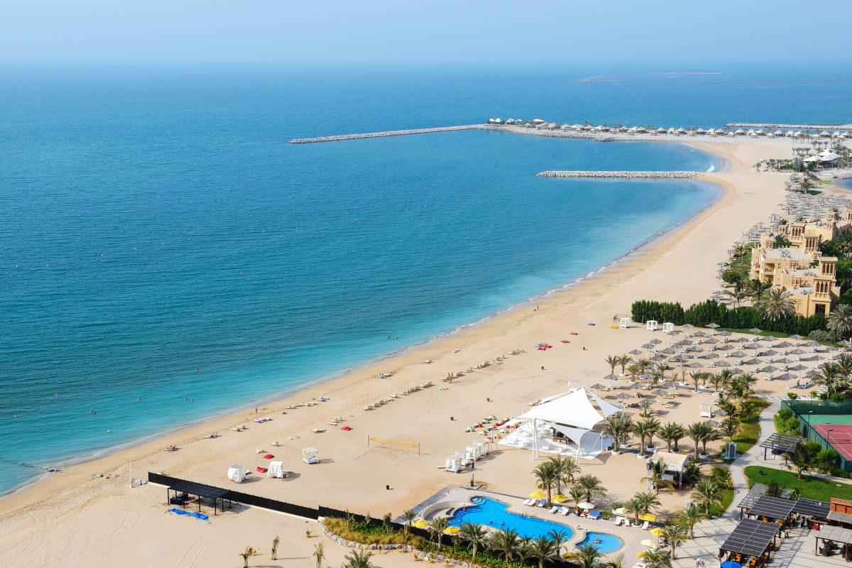 Blick auf den wunderschönen Sandstrand der Luxushotesl in Ras Al Khaima, VAE - © slava296 / Shutterstock