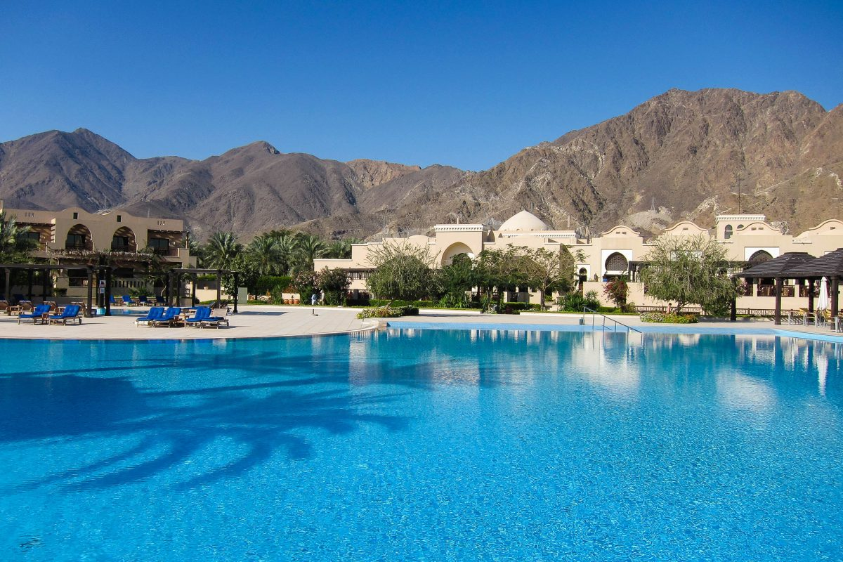 Blick vom Fünf-Sterne-Hotel Miramar Richtung Hajar-Gebirge - eine fantastische Lage, VAE - © FRASHO / franks-travelbox