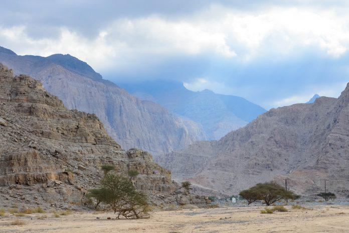 Das eindrucksvolle Wadi al Bih liegt knappe zwei Stunden von Dubai entfernt im Hadschar-Gebirge in Ras al Khaimah, einem Emirat der Vereinigten Arabischen Emirate, VAE - © FRASHO / franks-travelbox