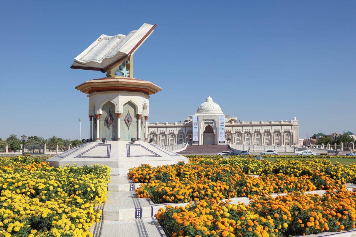 Der Government House Square wird vom Regierungspalast von Sharjah begrenzt und einer Skulptur des Koran gekrönt, VAE - © Philip Lange / Shutterstock