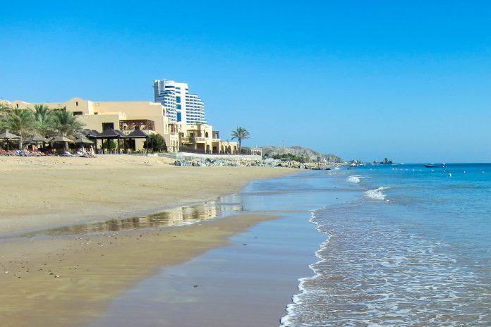 Der rund 4km lange Strand von Al Aqah wird von luxuriösen Hotels mit klingenden Namen gesäumt, im Hintergrund das Le Meridian Hotel, VAE - © FRASHO / franks-travelbox