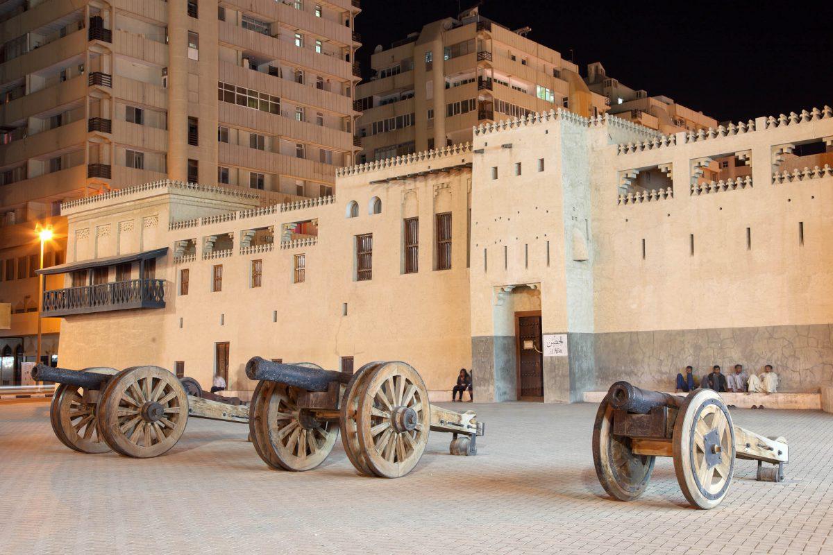 Die al-Hisn Festung von Sharjah wurde 1820 vom damaligen Herrscher als Sharjahs Regierungssitz und Wohnhaus der Herrscherfamilie in Auftrag gegeben, VAE - © Philip Lange / Shutterstock