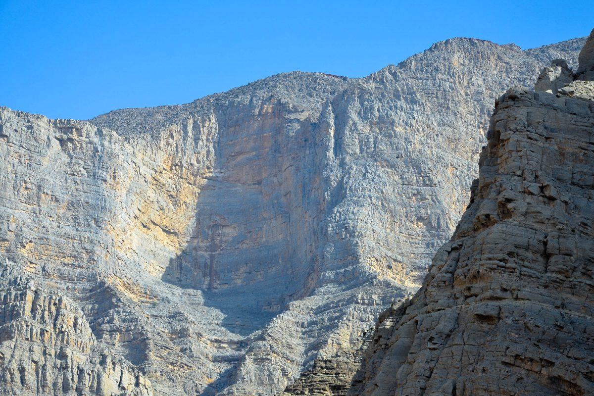 Die Felswände im Wadi Shaam ragen oft mehrere hundert Meter steil auf, VAE - © FRASHO / franks-travelbox