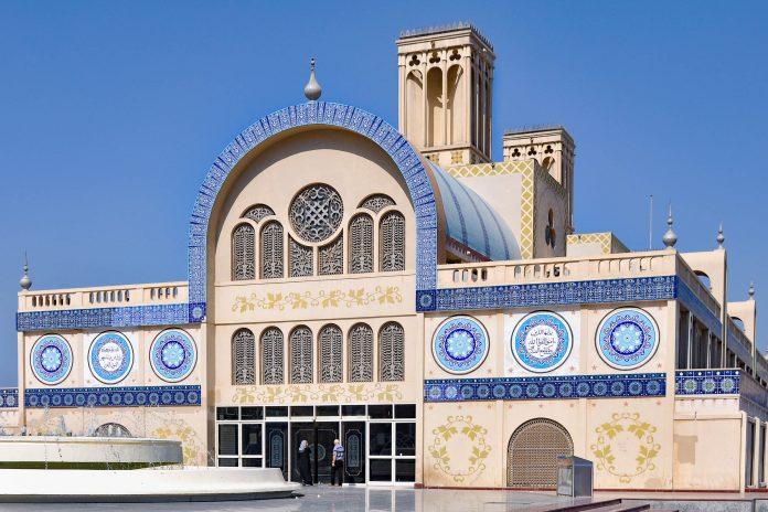 Die gewaltige Markthalle des Souq al-Markazi ist eine bedeutende Sehenswürdigkeit von Sharjah, VAE, und einer der schönsten neoarabischen Bauten der Welt - © Olga Vasilyeva / Shutterstock