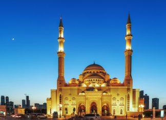 Die prächtige an-Nur Moschee am Ostufer der al-Khaleed-Lagune gilt als schönste Moschee von Sharjah, VAE - © Laborant / Shutterstock