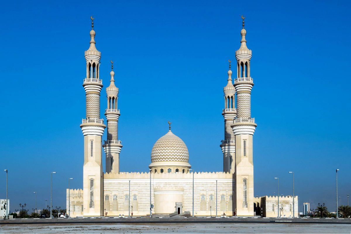 Die Sheikh Zayed Mosque in Ras al Khaimah ist die älteste Moschee der Stadt und wurde vor etwa 200 Jahren aus Steinen und Mörtel errichtet., VAE - © Patrik Dietrich / Shutterstock