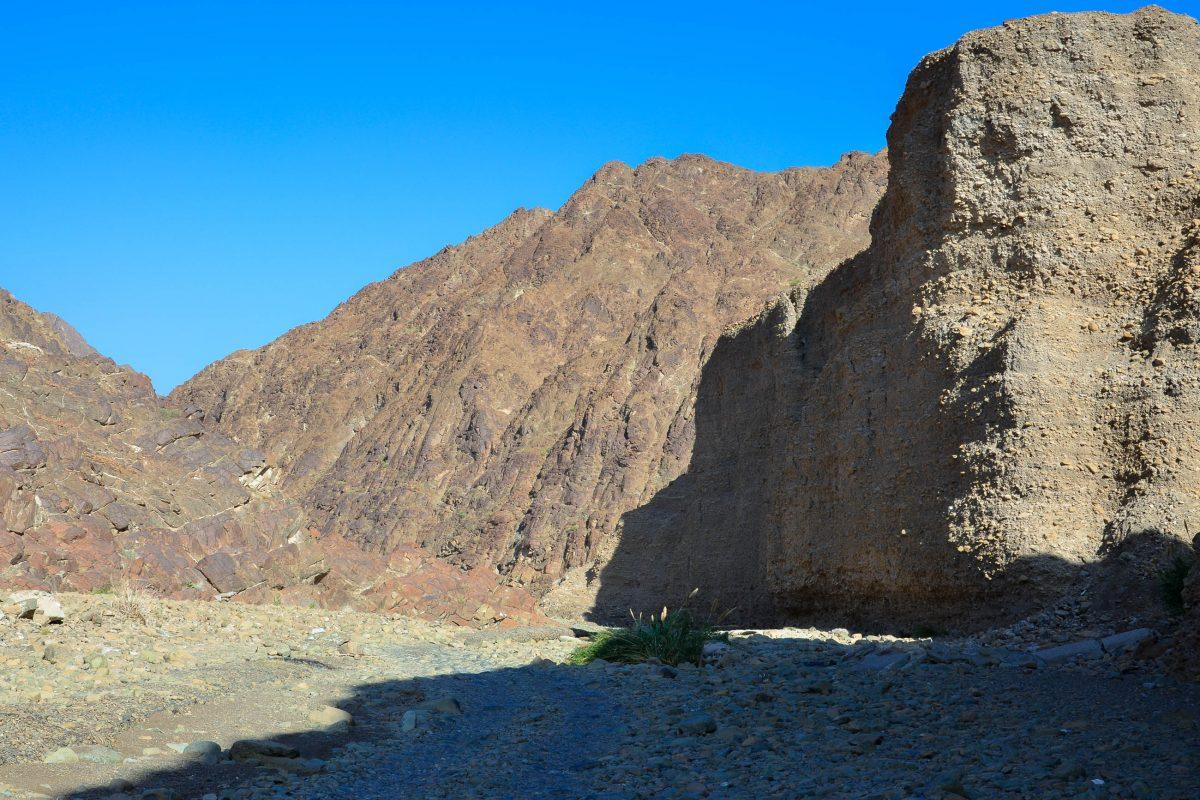 Die steil aufragenden Wände des Wadis Wurayah, die am Ufer des Flusses empor streben, laden zu Wanderungen ein, VAE - © FRASHO / franks-travelbox