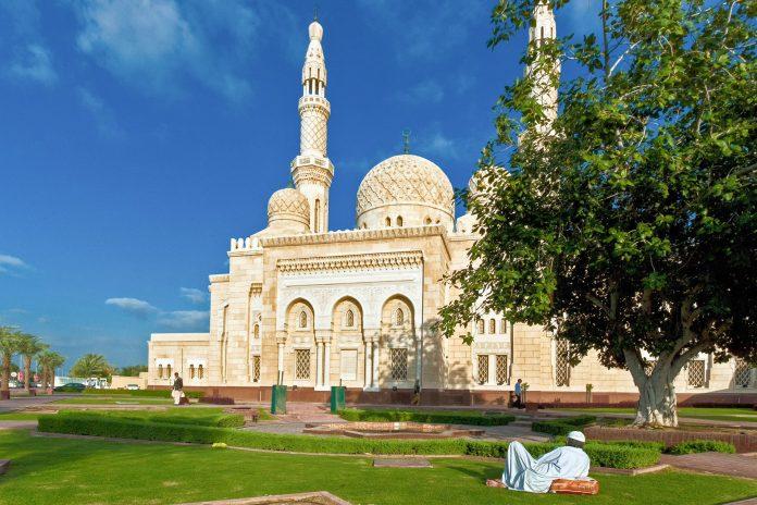 Als einzige Moschee in Dubai darf die Jumeirah-Moschee auch von Nicht-Muslimen betreten werden, VAE - ©  dinosmichail / Shutterstock