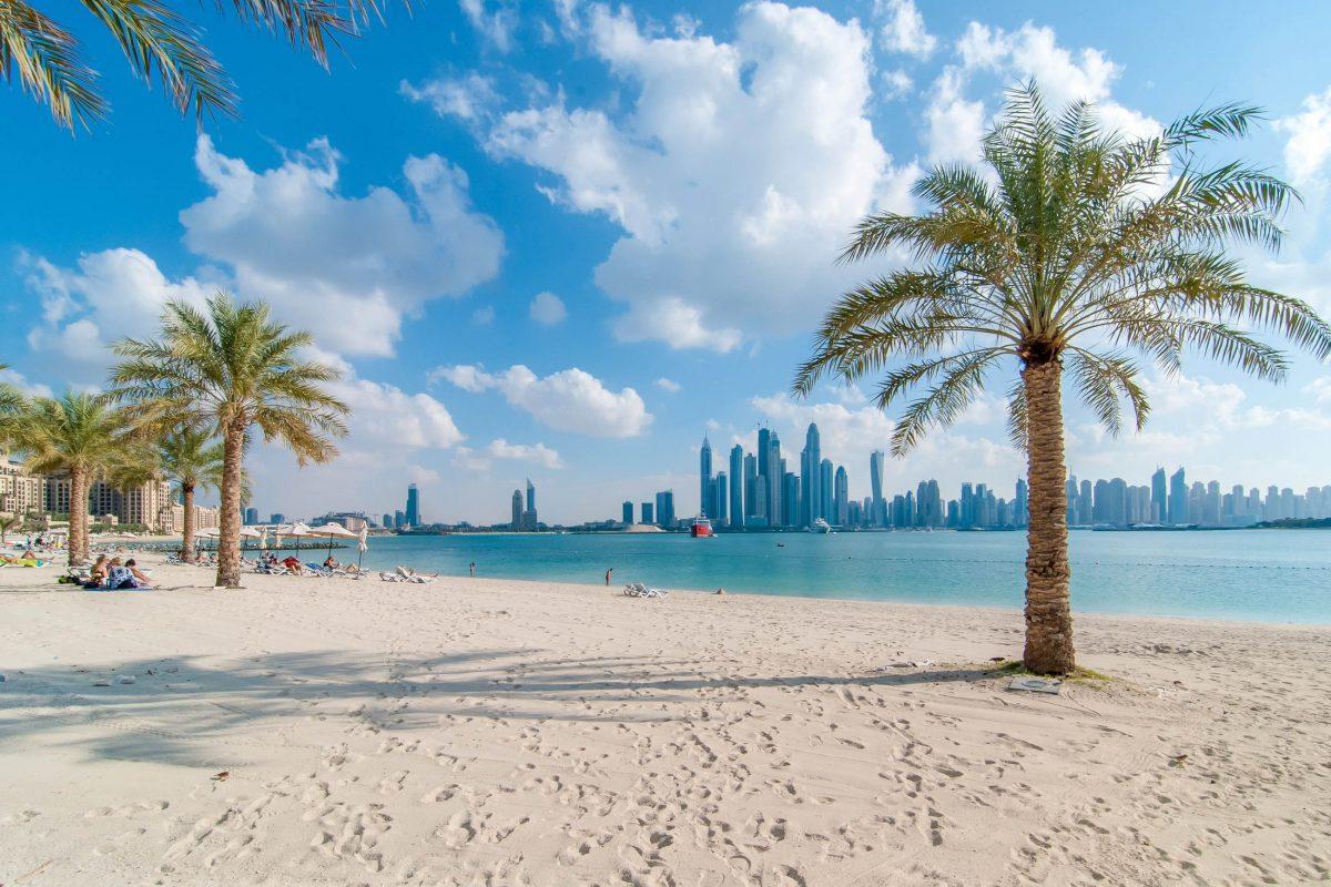 Blick vom Jumeirah Beach auf die Wolkenkratzer der Dubai Marina, VAE - © esherez / Shutterstock