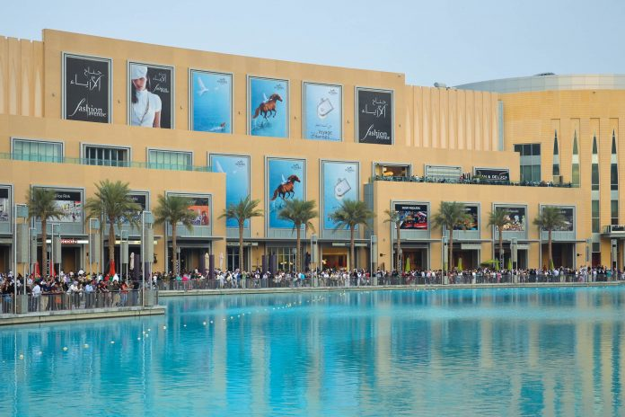 Blick zum Eingang der Dubai-Mall über das Becken der berühmten Dubai-Fountain, Dubai, VAE - © FRASHO / franks-travelbox