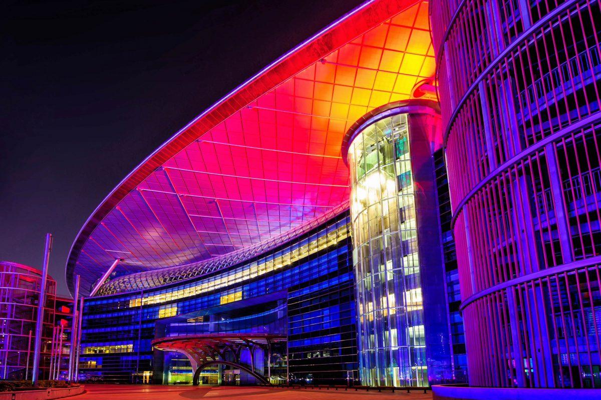 Das 5-Sterne-Hotel Meydan in Dubai ist das erste Hotel weltweit, das direkt an einer Rennstrecke erbaut wurde, VAE - © Rus S / Shutterstock