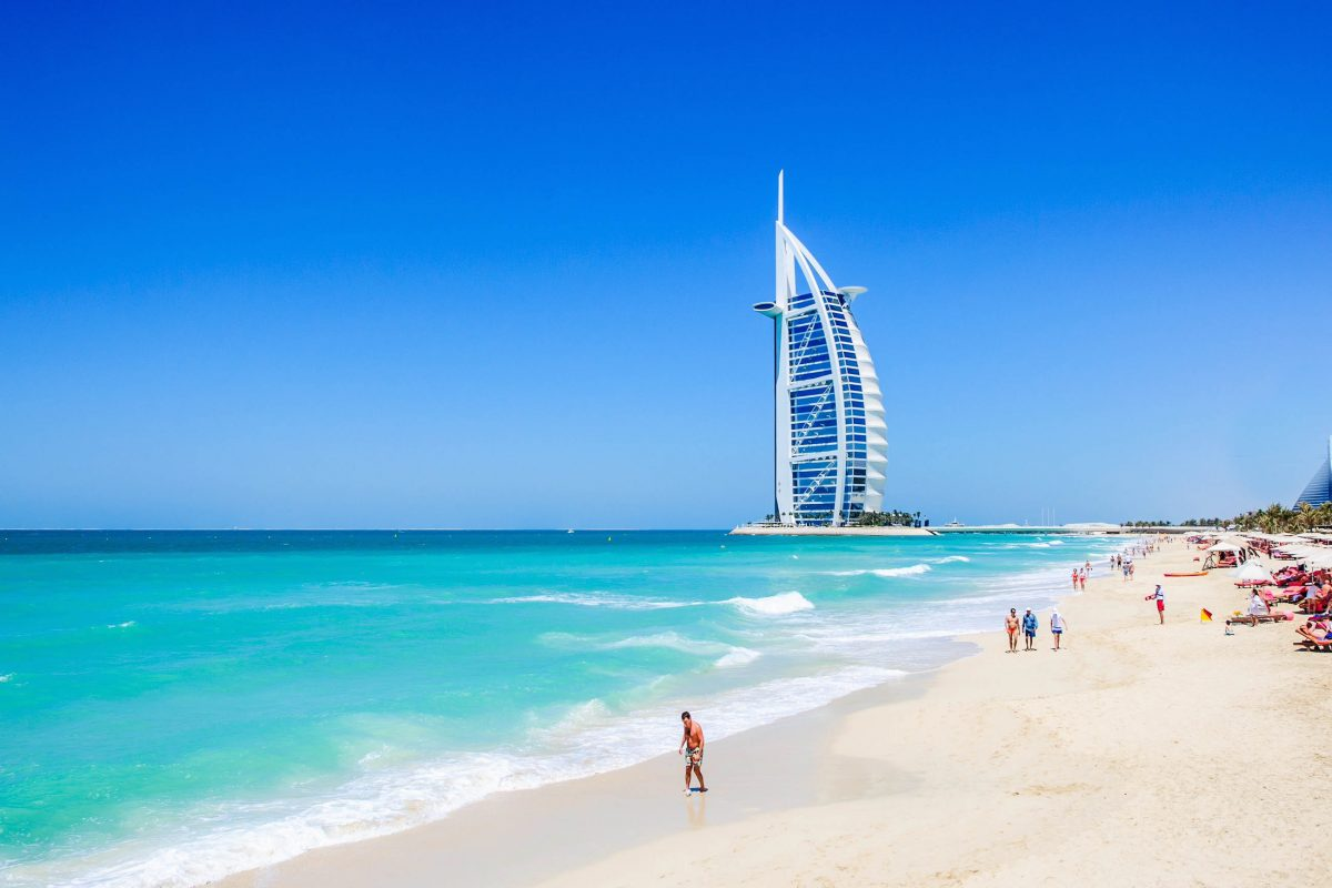 Das Burj Al Arab Hotel am Jumeirah Beach in Dubai, VAE, erhielt als erstes 7-Sterne-Hotel der Welt internationale Medienaufmerksamkeit - © Rus S / Shutterstock