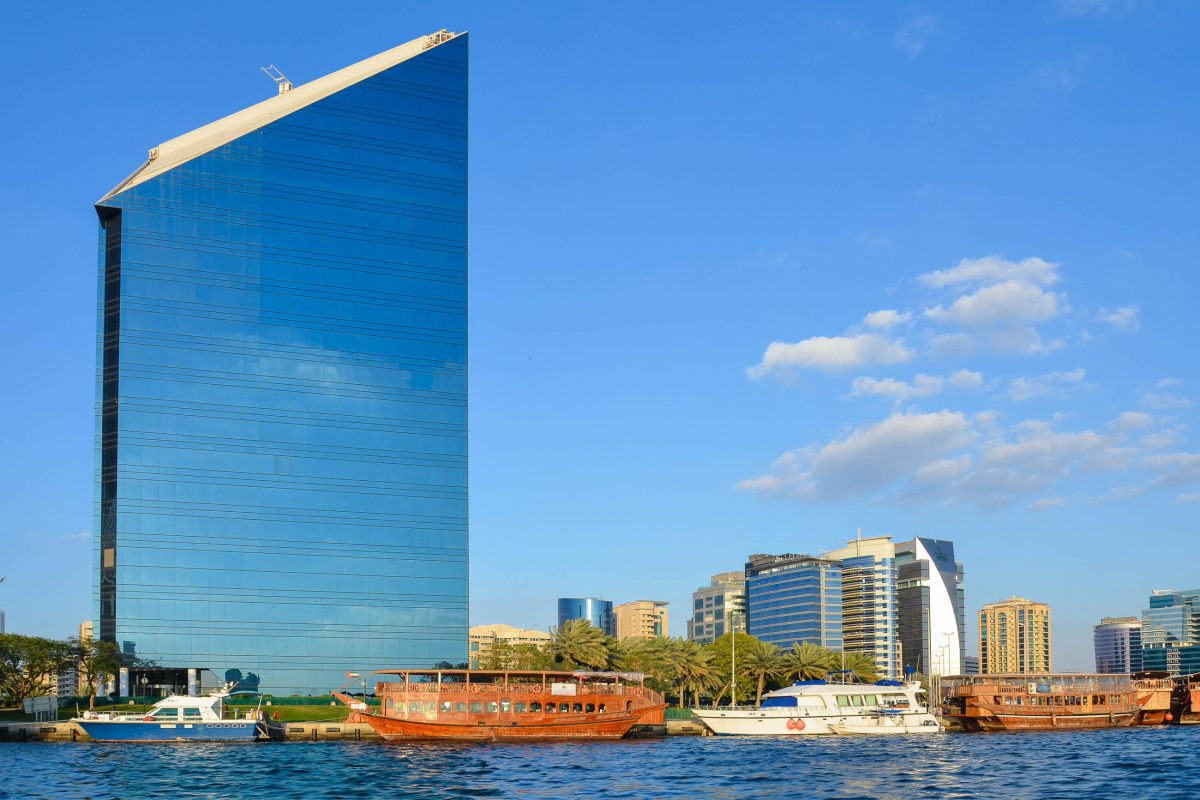 Das markante Gebäude der Kammer für Wirtschaft und Industrie ragt am Ufer des Dubai Creek hoch in den arabischen Himmel, VAE - © FRASHO / franks-travelbox