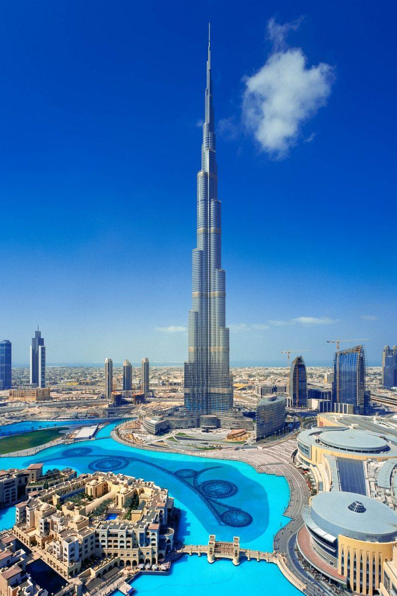 Der Burj Khalifa in Dubai bei perfektem Wetter, das Design stammt vom amerikanischen Architekten Adrian Smith, VAE - © Sophie James / Shutterstock