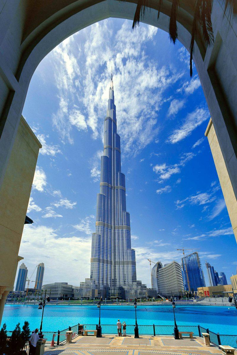 Der Burj Khalifa ist das höchste Gebäude der Welt (bis zur Spitze sogar 830m hoch) und gleichzeitig auch das höchste Wohngebäude der Welt, Dubai, VAE - © Sophie James / Shutterstock