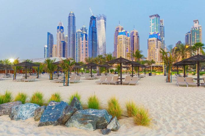 Der schnurgerade Jumeirah Beach verläuft über das gesamte Stadtviertel Jumeirah in Dubai, VAE - © Rastislav Sedlak SK/Shutterstock