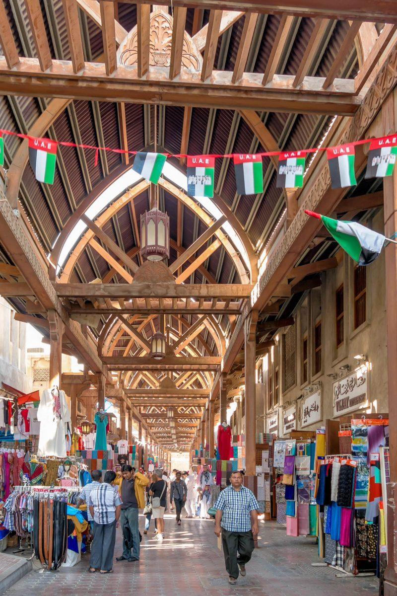 Der Textil-Souq in der Al Fahidi Straße ist einer der traditionsreichsten Märkte von Dubai, VAE - © TasfotoNL / Shutterstock