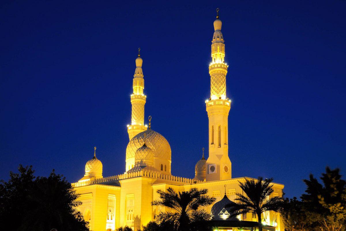 Die beiden 70m hoch aufstrebenden Minarette flankieren die gewaltige Kuppel der Jumeirah Moschee in Dubai, VAE - © Philip Lange / Shutterstock