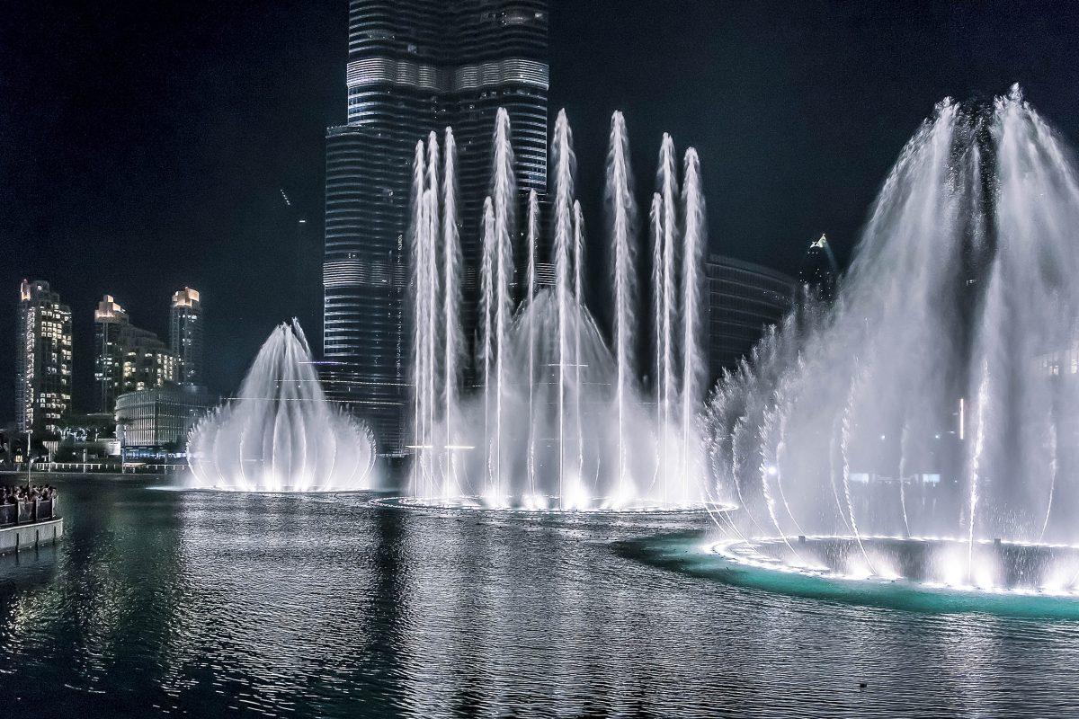 Die Dubai Fountain beim Burj Khalifa ist mit einer Länge von 250 Metern und Wasserfontänen von bis zu 150m Höhe das größte Wasserspiel der Welt, VAE - © Kiev.Victor / Shutterstock