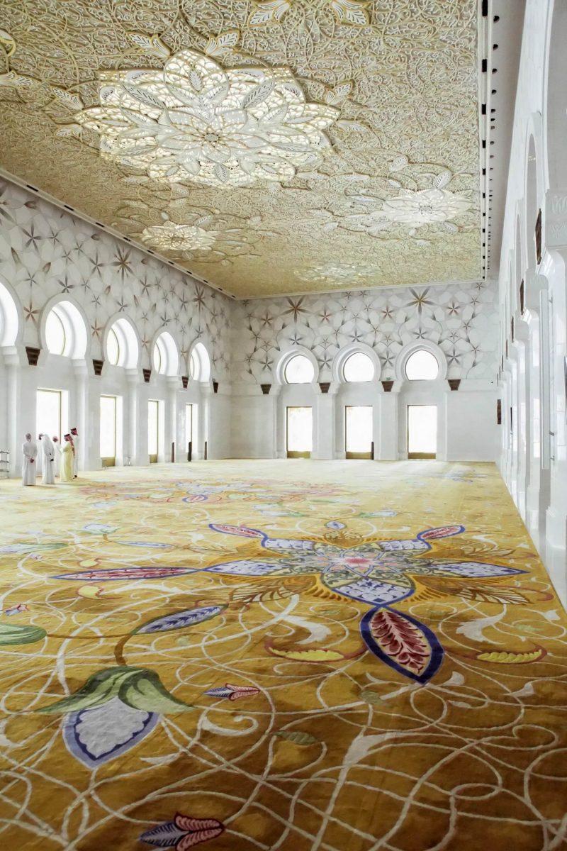 Die Innenausstattung der Jumeirah Moschee in Dubai, VAE, ist eher zurückhaltend, damit sich die Gläubigen aufs Gebet konzentrieren - © Maxwell.Sun / Shutterstock