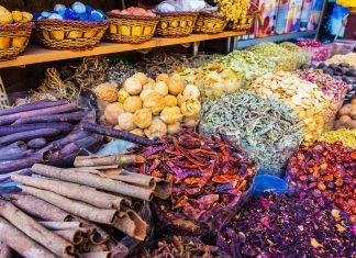 Neben Safran, Zimt, Kardamom, Curry und Co gibt es am Gewürz-Souq in Dubai auch Tabak, Tee, Datteln und Nüsse zu kaufen, VAE - © Zhukov Oleg / Shutterstock