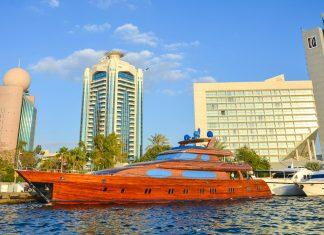 Traditionell wurde der Dubai Creek mit Kanu-ähnlichen Dhaus aus Holz befahren, hier die moderne Weiterentwicklung zu einer hölzernen Yacht inklusive Luxus-Ausstattung, VAE - © FRASHO / franks-travelbox