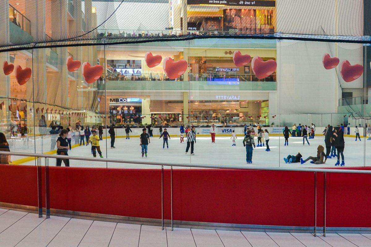 Wer Lust hat, kann in der Dubai.Mall am Ice Rink, einer Kunsteisbahn mit olympischem Ausmaßem, eine Runde Schlittschuh laufen, Dubai, VAE - © FRASHO / franks-travelbox