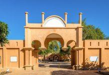 Eingang zum Palastmuseum von Al Ain, dem einstigen Herrschersitz im Osten von Abu Dhabi, VAE - © Leonid Andronov / Shutterstock