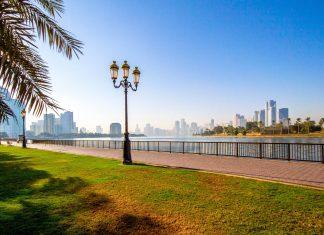Entlang der Altstadt, der Art und der Heritage Area erstreckt sich mit der Corniche die Uferpromenade von Sharjah, VAE - © bella reji / Shutterstock