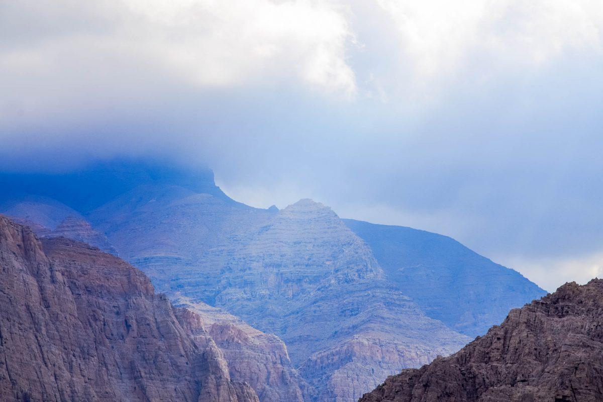 Im Wadi al Bih gibt es abenteuerlich enge Passagen, an denen die steilen Flanken des Berges direkt rechts und links des Weges aufragen, Ras al Khaimah, VAE - © FRASHO / franks-travelbox