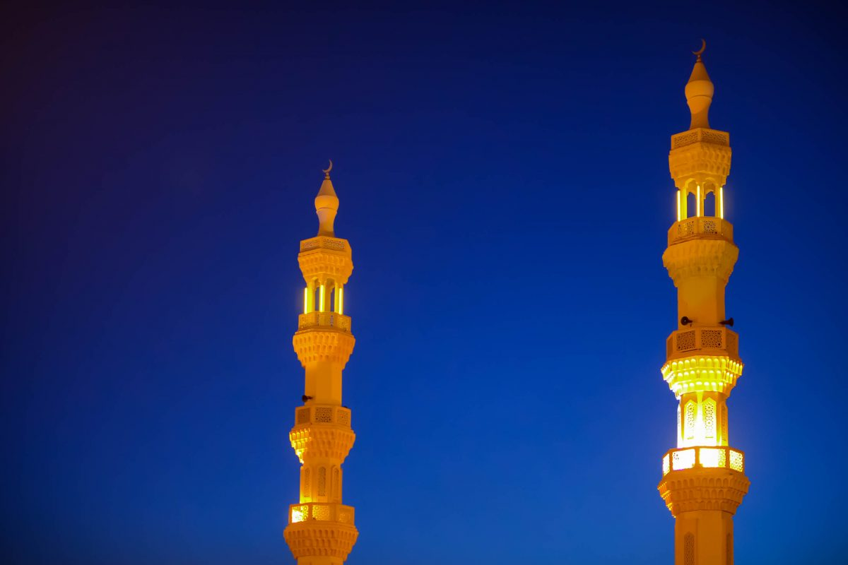 Die beleuchteten Gebetstürme der Masjid Al Bukhari Moschee in Khor Fakkan, VAE - © FRASHO / franks-travelbox