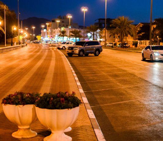 Die nächtliche Corniche in Khor Fakkan: gleich neben der Straße liegt der künstlich angelegten Park Green Beach direkt am Meer, VAE - © FRASHO / franks-travelbox