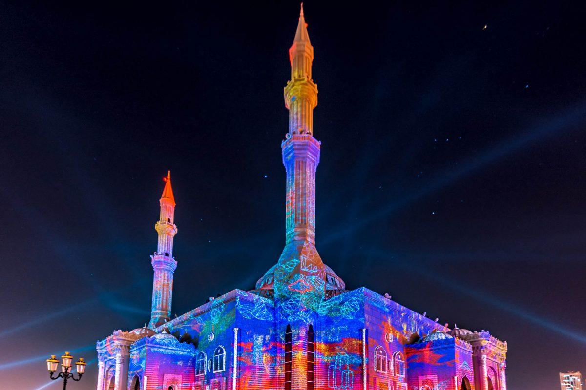 Noch prächtiger anzusehen ist die an-Nur Moschee beim jährlichen Lichterfest in Sharjah, VAE - © manishoot / Shutterstock
