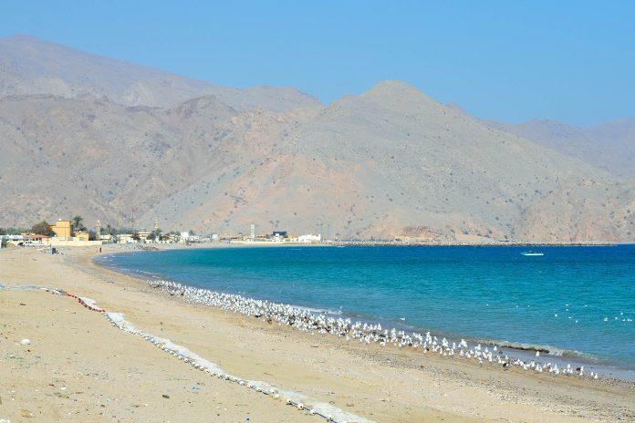 Der Sandstrand in Dibba, im Hintergrund die Berge des des Hajar-Gebirges der Halbinsel Musandam im Oman, VAE - © FRASHO / franks-travelbox