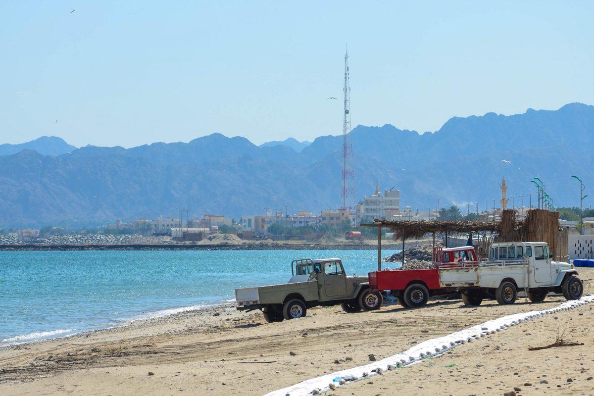 Einige alte Landcruiser der Fischer am Strand in Dibba Al-Baya, dem omanischen Teil der Stadt Dibba, VAE, Oman - © FRASHO / franks-travelbox