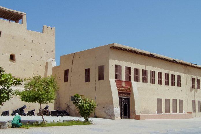 Das Al Hisn Fort war einst Verteidigungsanlage und Wohnstätte der amtierenden Herrscher und fungiert heute als Nationalmuseum von Ras al Khaimah - © Mhp1255 CC-BY-SA2.0de/W